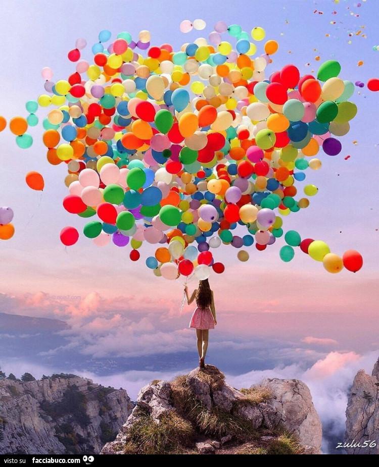 Ragazza in cima alla montagna con centinaia di palloncini - Immagine con palloncini ...