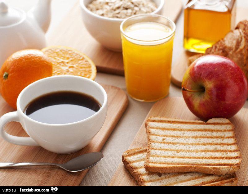 Colazione con caff spremuta frutta e fette biscottate for Buongiorno con colazione