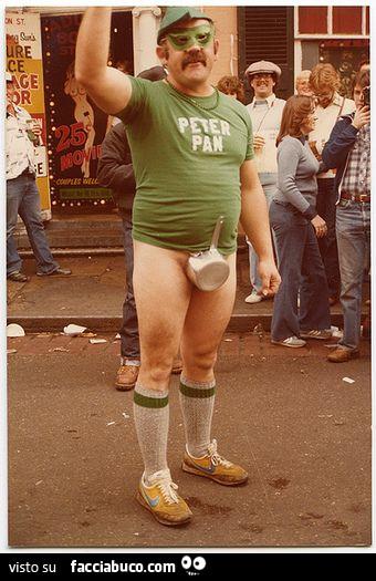 cerca autentico Miglior prezzo raccolta di sconti Uomo vestito seminudo con maglietta di Peter Pan e pentolino ...