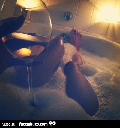 Bere vino bianco in vasca da bagno - Facciabuco.com